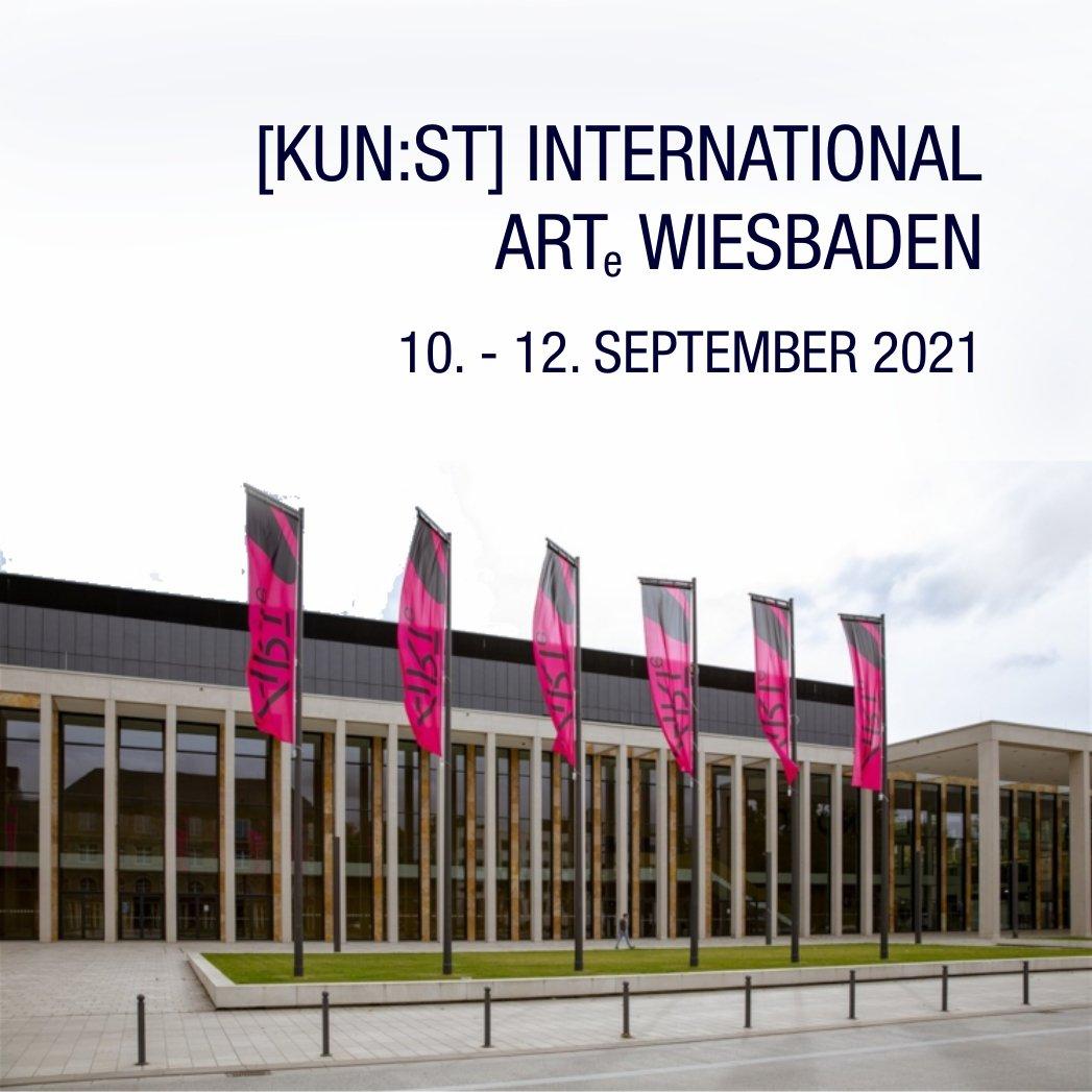 In diesem Jahr wird [KUN:ST] International auf der ARTe Wiesbaden vertreten sein, denn dort werden die Gewinner unseres [KUN:ST] Preises 2021 ausstellen. Eine gute Gelegenheit, um unseren Stand etwas zu erweitern und interessierten Künstlerinnen und Künstlern aus [KUN:ST] International eine Teilnahme an der ARTe Wiesbaden zu ermöglichen.